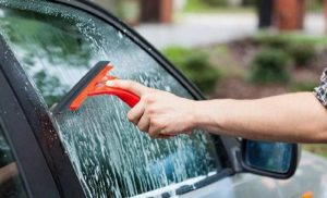 Gunakan Teknik Yang Tepat Tuk Bersihkan Kaca Mobil